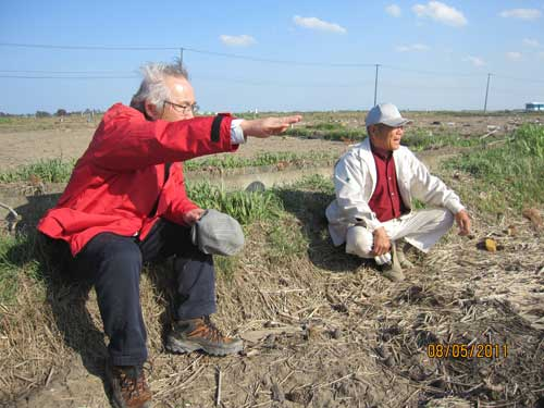 Figure 7. A survivor (right) talking with one of the survey team.